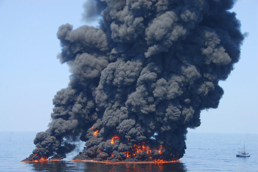 Umweltkatastrophe im Golf von Mexico: Nach der Explosion der Ölplattform Deepwater Horizon von BP wird schwimmendes Öl auf dem Wasser abgefackelt. (c) Coast Guard Foto von Petty Officer First Class John Masson.